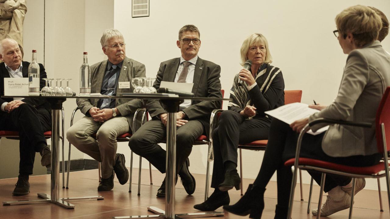Podiumsdiskussion bei der Eröffnung (Foto: Mauro Pinterowitsch)